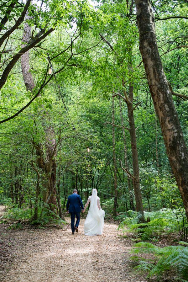 bruidspaar wandelen door bos