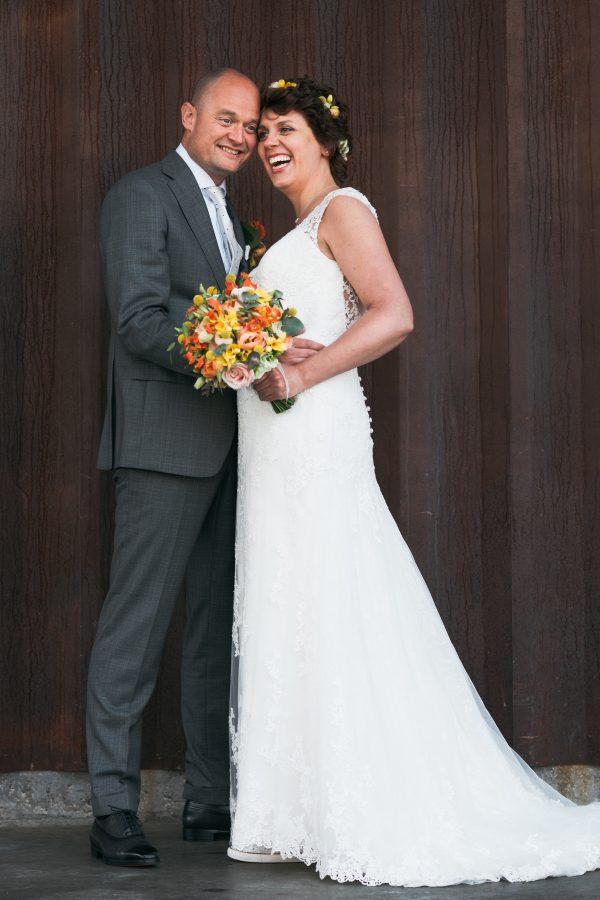 bruidspaar met vrolijk boeket