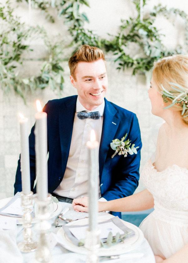 mooi koppel aan diner bruiloft