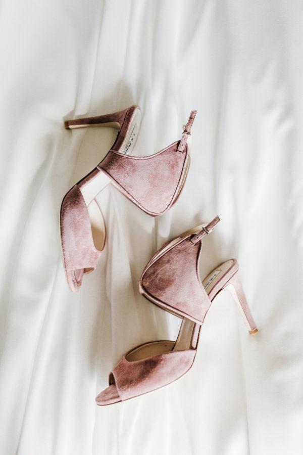 Roze suède schoenen bruid