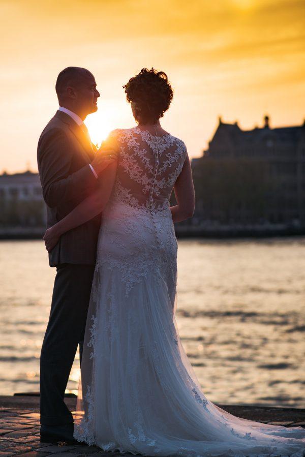 bruidspaar bij zonsondergang Rotterdam