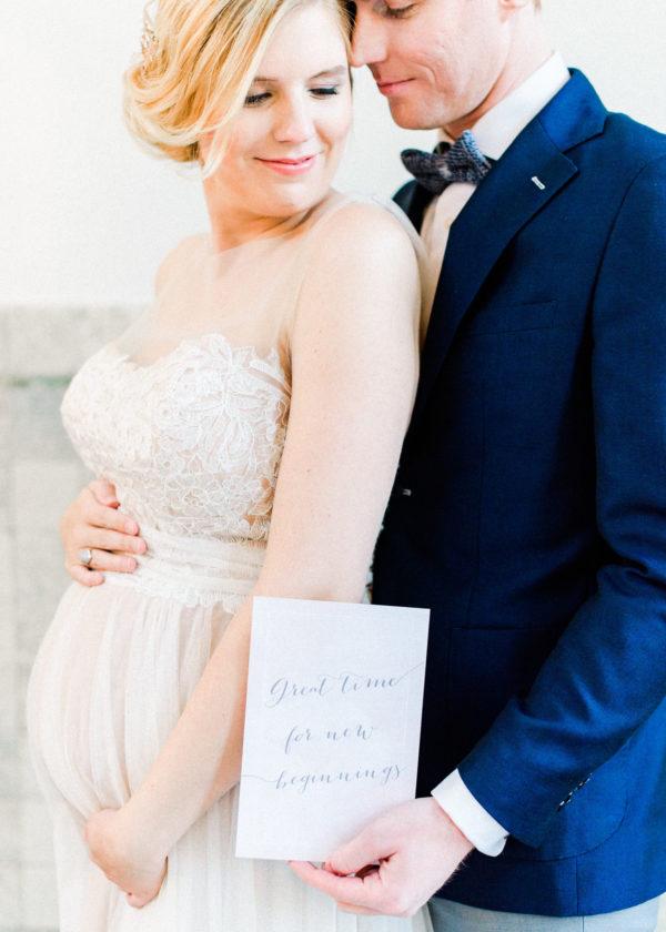 zwanger bruidspaar met kaart