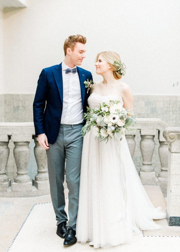 modern chique bruidspaar met boeket